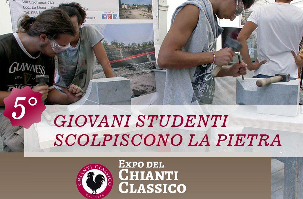Giovani studenti scolpiscono la pietra
